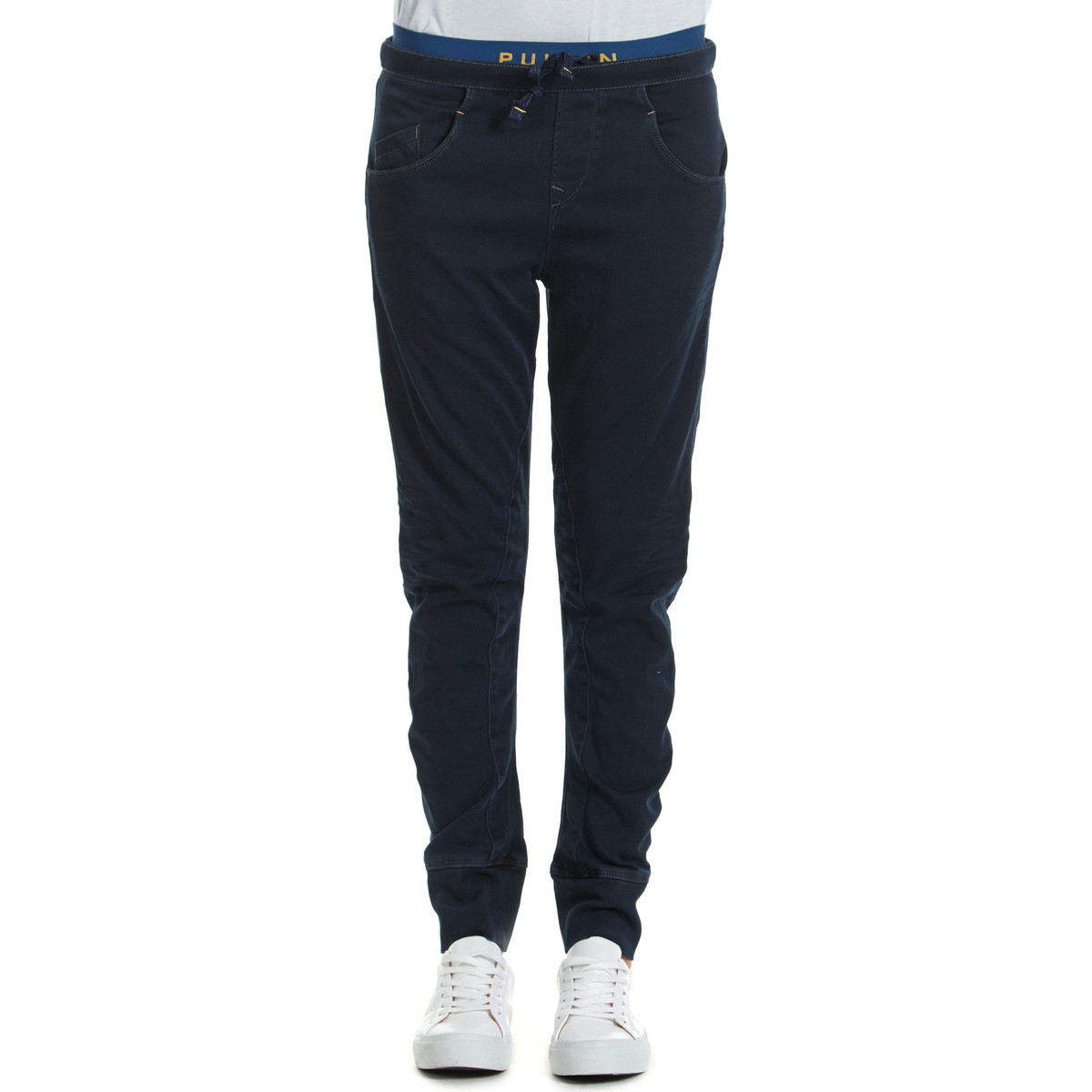 Jeans droit pull in jeans jog tapered fit bleu intense for 70 portent un pull bleu