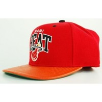 Accessoires textile Casquettes Mitchell And Ness Casquette  Miami Heat Rouge - Orange Snapback MVP Rouge