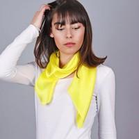 Accessoires textile Femme Echarpes / Etoles / Foulards Allée Du Foulard Carré de soie Premium Uni Jaune