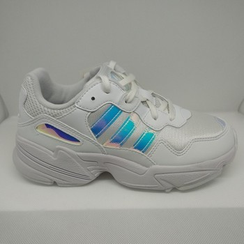 Chaussures Fille Baskets basses adidas Originals YUNG 96 J blanc