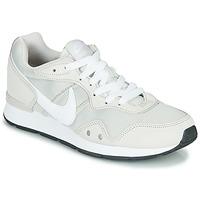 Chaussures Femme Baskets basses Nike VENTURE RUNNER Beige / Blanc