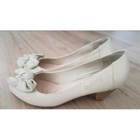 Chaussures Femme Escarpins Coolway Escarpins beiges Coolway avec nœuds Beige